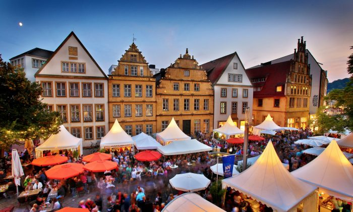 Un mercado de vinos al aire libre en el casco antiguo de Bielefeld. (Cortesía de Bielefeld Marketing GmbH)