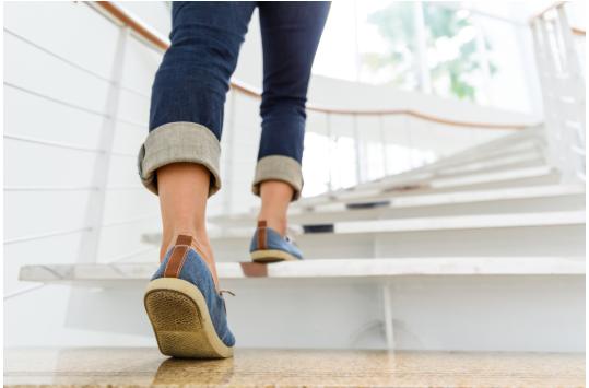 Mujer sube escaleras