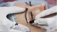 Queda marcada con terribles cicatrices de por vida luego de fallido procedimiento permanente de cejas