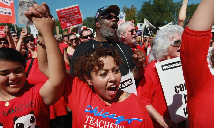 Docentes de Chicago en huelga y sus defensores asisten a una manifestación en Union Park en Chicago, el 15 de septiembre de 2012. (Illinois Scott Olson/Getty Images)
