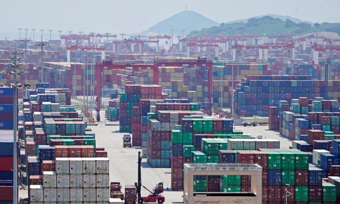 Contêineres são vistos no porto de águas profundas de Yangshan, em Xangai, China, em 6 de agosto de 2019 (Aly Song / Reuters)