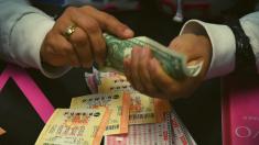Empleada trata de estafar a un hombre con su billete de lotería sin saber que es un policía encubierto