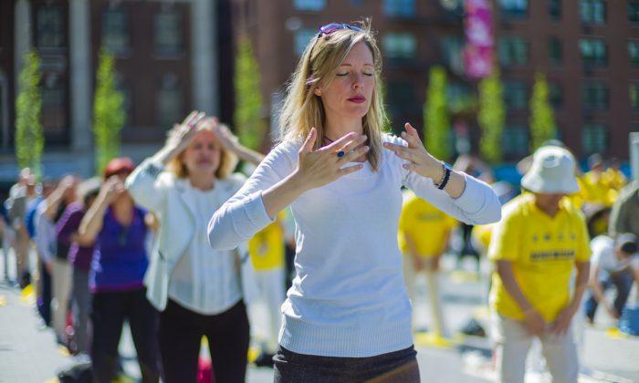 Practicantes de Falun Gong meditando en Union Square en Nueva York mientras celebran el Día Mundial de Falun Dafa el 12 de mayo de 2016. (La Gran Época)
