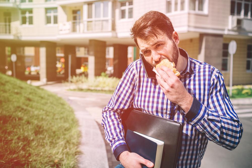 hombre-comiendo-calle