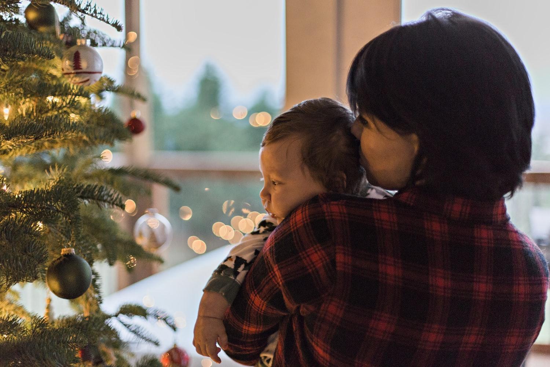 mamá-bebé-navidad-árbol