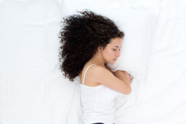 mujer-cama-estiramientos