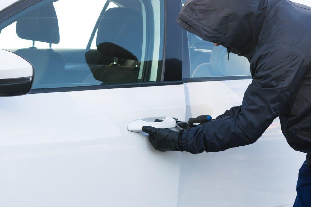 Ladron intentando robar coche