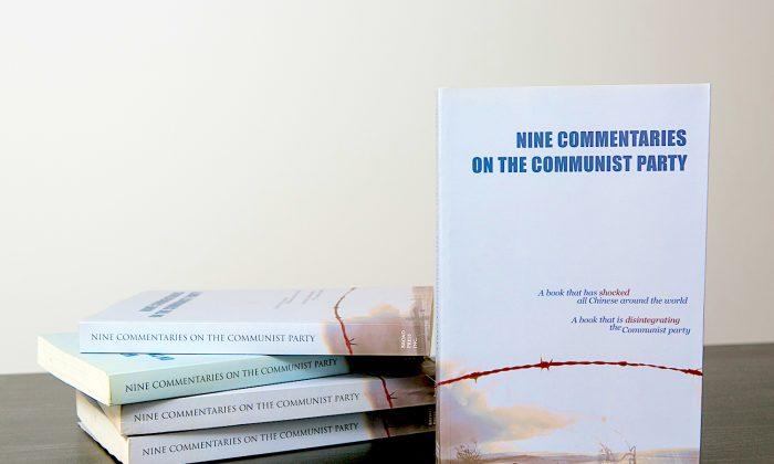 """Portada de los """"Nueve comentarios sobre el Partido Comunista"""", una colección de obras editoriales que catalizó el movimiento Tuidang y describe su filosofía. (Benjamin Chasteen/La Gran Época)"""