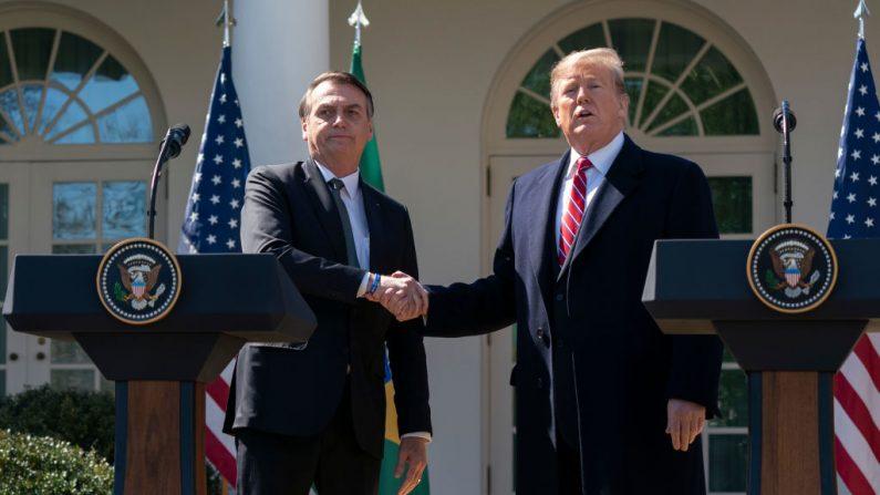 WASHINGTON, DC - 19 DE MARÇO: (AFP OUT) O presidente Donald Trump e o presidente brasileiro Jair Bolsonaro participam de uma coletiva de imprensa no Jardim de Rosas, na Casa Branca, em 19 de março de 2019 em Washington, DC (Foto de Chris Kleponis-Pool / Getty Images)