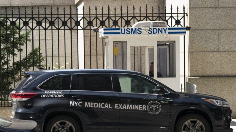 El auto de un médico forense de Nueva York estacionado afuera del Centro Correccional Metropolitano, donde el administrador financiero Jeffrey Epstein estaba detenido, el 10 de agosto de 2019, en Nueva York. (Don Emmert/AFP/Getty Images)