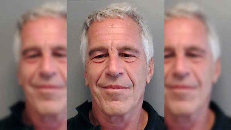 Jeffrey Epstein posa para una fotografía de archivo policial como delincuente sexual después de haber sido acusado de procurar a una menor de edad para la prostitución el 25 de julio de 2013 en Florida. (Foto por el Departamento de Cumplimiento de la Ley de Florida a través de Getty Images)