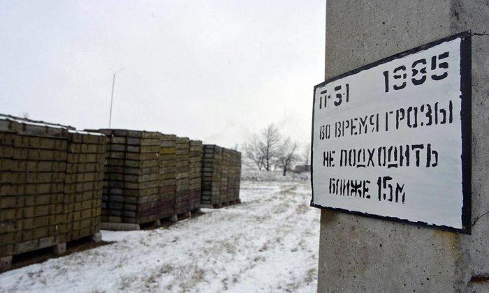 A fotografia tirada em Março de 2005 mostra caixas de munições armazenadas num depósito de munições russo ao ar livre. (Vadim Denisov/AFP/via Getty Images)