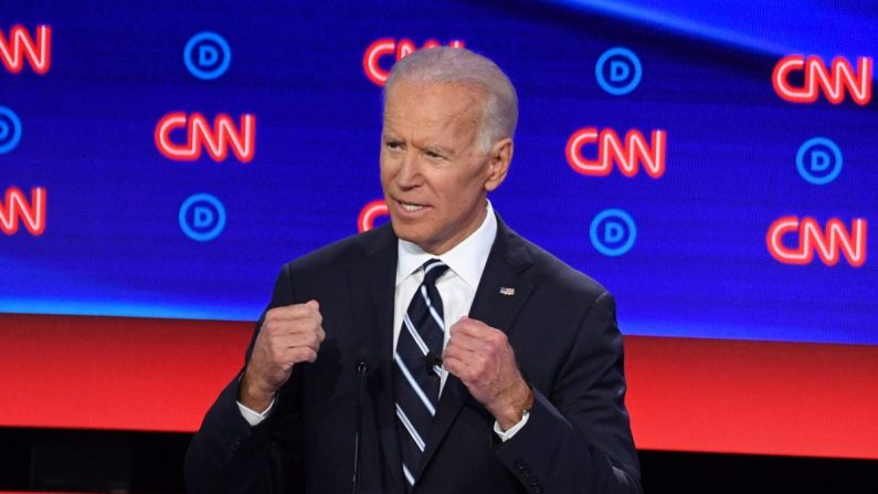 El candidato presidencial demócrata y exvicepresidente, Joe Biden, habla durante la segunda ronda del segundo debate demócrata para la presidencial 2020 organizada por CNN en el Teatro Fox en Detroit, Michigan, el 31 de julio de 2019. (Jim Watson/AFP/Getty Images)