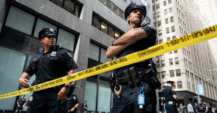 Agentes de la policía de Nueva York trabajan en la escena donde se reportó un paquete sospechoso cerca de la estación de metro de la calle Fulton en el Bajo Manhattan el 16 de agosto de 2019 en la ciudad de Nueva York. Foto de Drew Angererer/Getty Images.