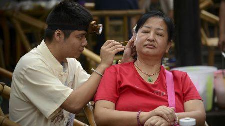 Por usar a diario hisopos de algodón en los oídos una bacteria comienza a carcomerle el cráneo