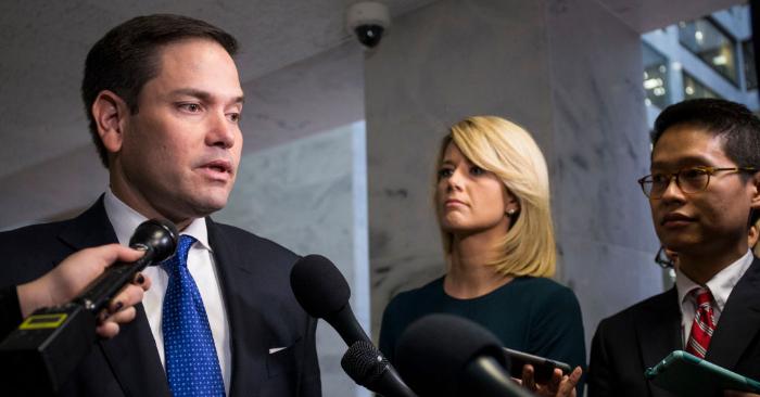 El Senador Marco Rubio habla con los reporteros después de una sesión informativa cerrada en el Senado, en el Capitolio el 4 de diciembre de 2018 en Washington, DC. (Zach Gibson/Getty Images)