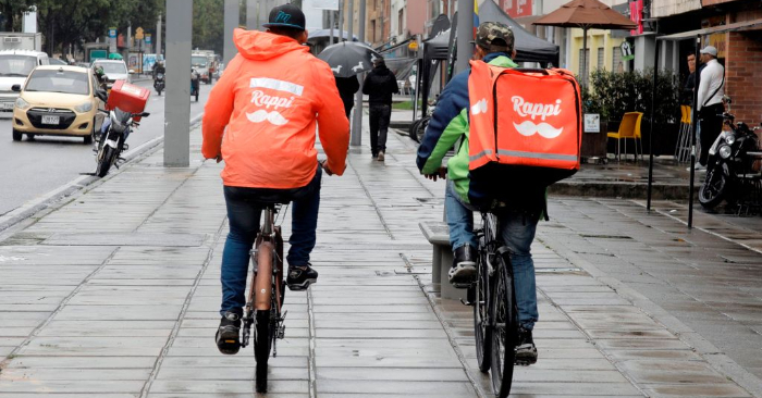 """Foto de repartidores en bicicleta que trabajan para la empresa colombiana de mensajería en línea """"Rappi"""". Foto de JOHN VIZCAINO/AFP/Getty Images."""