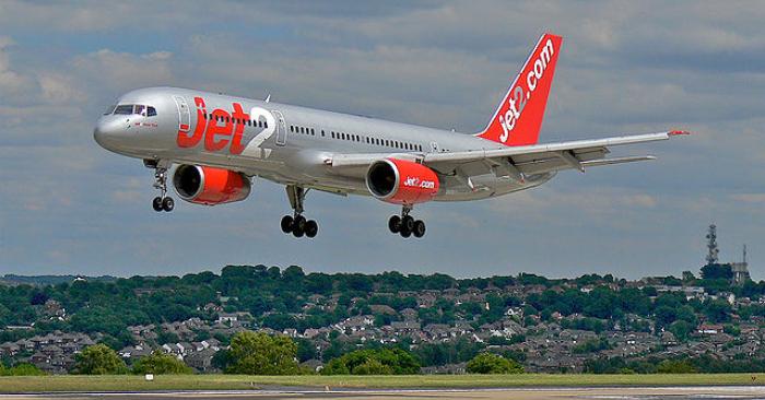 Un Boeing 757 G-LSAJ de la línea Jet2 aterriza en el Aeropuerto de Leeds Bradford, Reino Unido. Wikipedia.