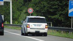 Una mujer pasó cuatro horas en el arcén de una carretera porque el marido la sacó del auto
