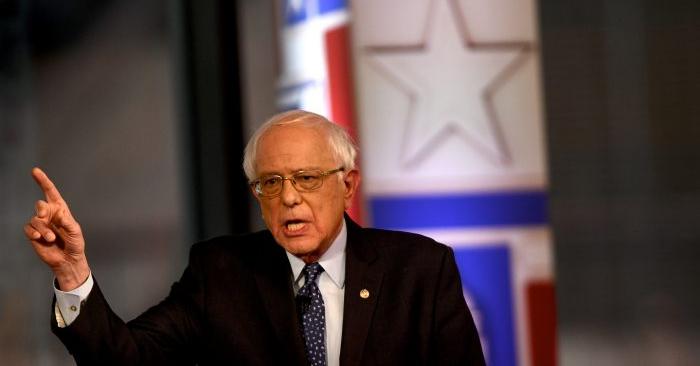 El candidato presidencial demócrata, el senador Bernie Sanders, habla para FOX News Town Hall en SteelStacks en Belén, Pensilvania, el 15 de abril de 2019. (Mark Makela/Getty Images)