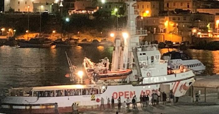 Vista del barco de rescate de la ONG española Open Arms atracado en el puerto de Lampedusa, al sur de Italia, el 21 de agosto de 2019. EFE/EPA/ELIO DESIDERIO