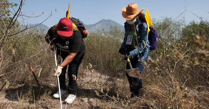 Foto ilustrativa. Dos mujeres trabajan durante la búsqueda de personas desaparecidas, en Escobedo, estado de Nuevo León, México, el 12 de agosto de 2016. Foto de JULIO CESAR AGUILAR/AFP/Getty Images.