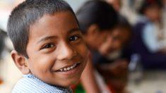El niño peruano que conmovió al mundo estudiando bajo un poste de luz es becado hasta la universidad