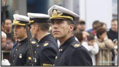 Policía peruano rompe filas en medio del desfile para sorprender a su madre de la manera más dulce