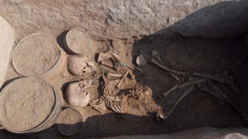 Los restos de un joven y una joven que están uno frente al otro, fueron descubiertos por arqueólogos en el centro de Kazajstán. (Gobierno regional de Karaganda)