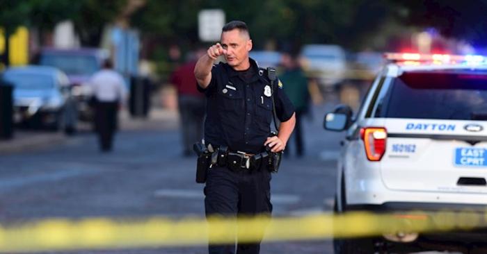Agentes de policía en la escena del crimen en Dayton, Ohio, EE. UU., 4 de agosto de 2019, tras el tiroteo masivo en el distrito de Oregón de Dayton.