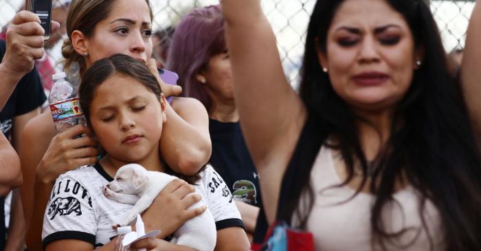 Las personas reunidas durante una vigilia por las víctimas del tiroteo masivo que dejó por lo menos 20 personas muertas, el 4 de agosto de 2019 en El Paso, Texas. Foto de Mario Tama/Getty Images.