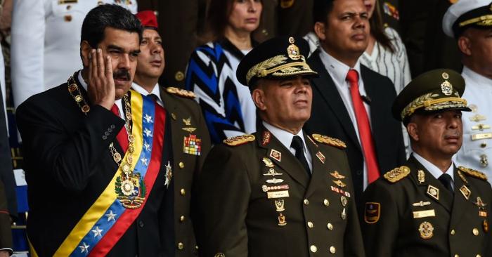 Nicolás Maduro (izq.) junto al ministro de Defensa, general Vladimir Padrino (izq.), durante la ceremonia para celebrar el 81 aniversario de la Guardia Nacional en Caracas el 4 de agosto de 2018 foto de JUAN BARRETO/AFP/Getty Images.