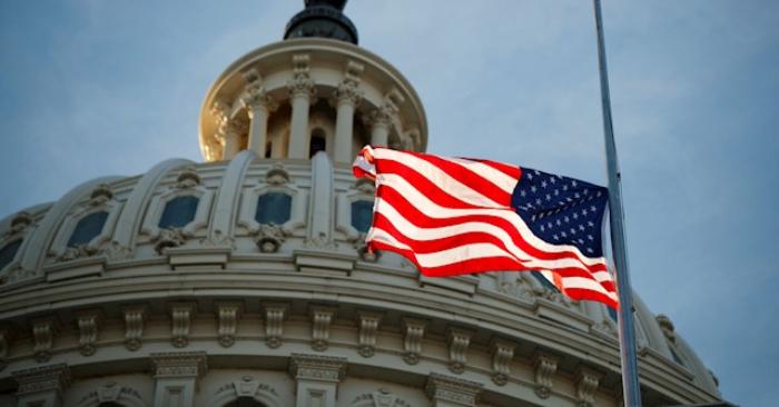Fotografía de una bandera de Estados Unidos a media asta en el Capitolio en Washington (EE.UU.). EFE/ Shawn Thew/Archivo