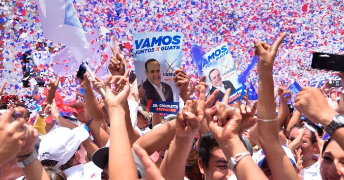 Guatemaltecos durante el mitin de clausura de la campaña del elegido nuevo presidente por el partido Vamos, Alejandro Giammattei, en la ciudad de Guatemala el 4 de agosto de 2019. Foto de ORLANDO ESTRADA/AFP/Getty Images.