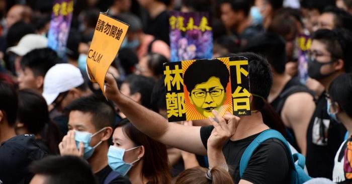 """Un manifestante sostiene un letrero que dice """"Dimite Carrie Lam"""" en una marcha realizada en Mong Kok, Hong Kong, el 3 de agosto de 2019. (Song Bilong/La Gran Época)"""
