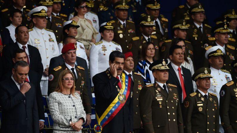 El dictador venezolano Nicolás Maduro (C) junto a su cúpula militar en un acto en Caracas el 4 de agosto de 2018. (JUAN BARRETO/AFP/Getty Images)
