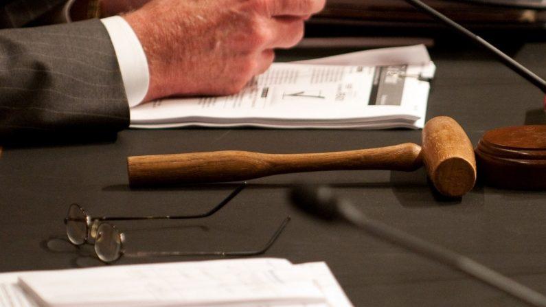 Foto ilustrativa de un martillo de juez. (Foto de ROD LAMKEY/AFP/Getty Images)