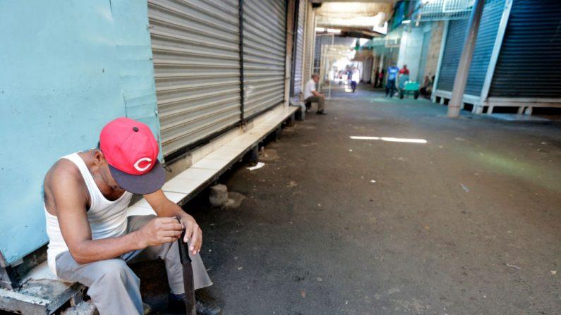 Un guardia permanece sentado junto a los puestos cerrados durante una huelga general de 24 horas en todo el país en el mercado oriental de Managua el 7 de septiembre de 2018. (INTI OCON/AFP/Getty Images)