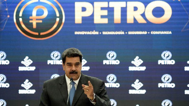 """El presidente de Venezuela, Nicolás Maduro, lanza al comercio internacional los criptodólares respaldados por petróleo llamado """"Petro"""", el 1 de octubre de 2018. (FEDERICO PARRA/AFP/Getty Images)"""