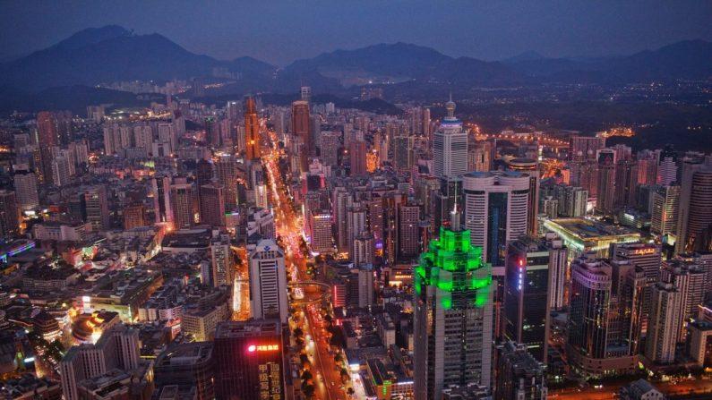 El horizonte de Shenzhen el 28 de noviembre de 2010. El edificio iluminado por luces verdes es el Shenzhen World Financial Center. (Daniel Berehulak/Getty Images)