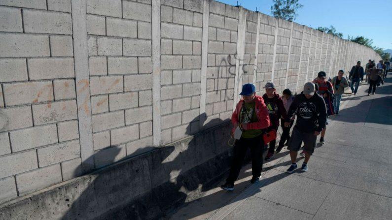 Un grupo de migrantes salvadoreños en su camino hacia Estados Unidos en San Salvador, el 16 de enero de 2019. Foto de MARVIN RECINOS/AFP/Getty Images.