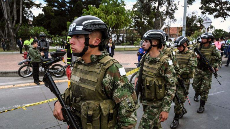 Las fuerzas de seguridad vigilan el lugar de un atentado de la guerrilla con coche bomba en una academia de policía de Bogotá el 17 de enero de 2019. (JUAN BARRETO/AFP/Getty Images)