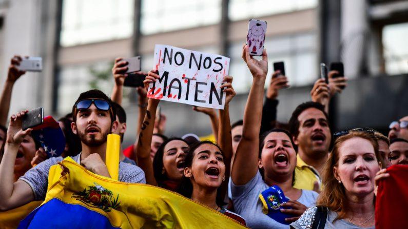 Miles de venezolanos que viven en Argentina, en oposición al presidente Nicolás Maduro, realizan una manifestación en Buenos Aires el 23 de enero de 2019. (Ronaldo Schemidt/AFP/Getty Images)