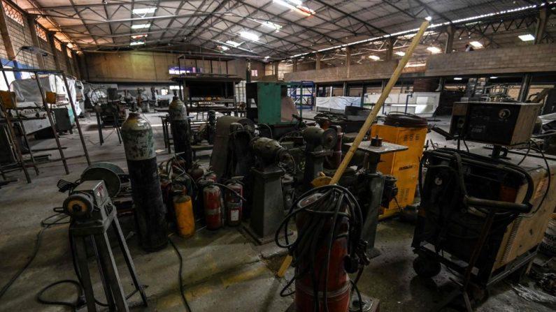 Maquinaria fuera de uso permanece en las instalaciones abandonadas de una planta industrial en Ureña, estado de Táchira, Venezuela, el 21 de febrero de 2019. (JUAN BARRETO/AFP/Getty Images)