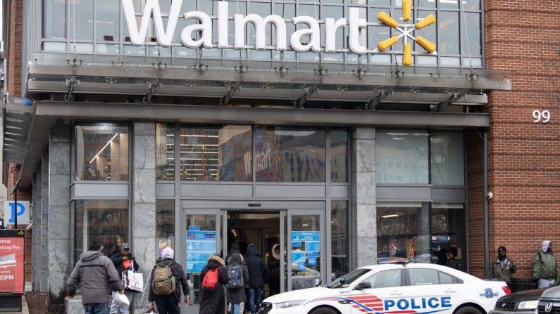 Imagen de archivo de una sucursal de Walmart en Washington.  (NICHOLAS KAMM/AFP/Getty Images)