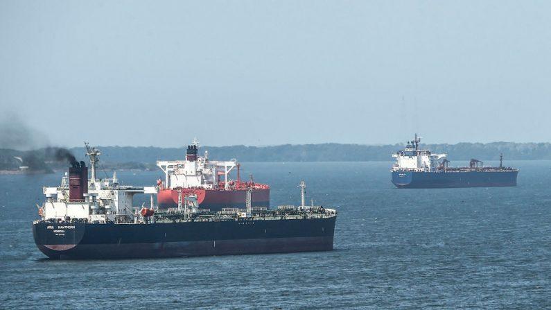 Imagen de archivo. Los petroleros navegan el lago de Maracaibo en Maracaibo, Venezuela el 15 de marzo de 2019. (JUAN BARRETO/AFP/Getty Images)