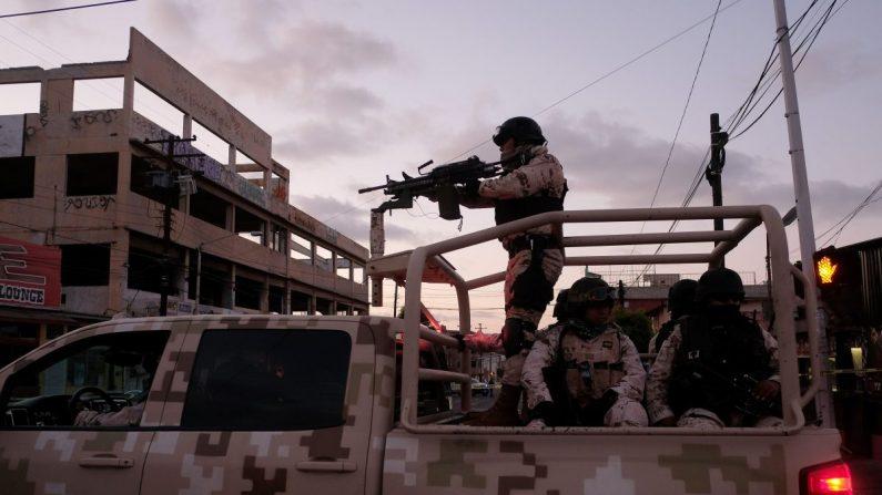 Soldados mexicanos abandonan la escena de un crimen donde un hombre fue asesinado por presuntos disparos de un cártel en el centro de Tijuana, México, el 21 de abril de 2019. (Guillermo Arias/AFP/Getty Images)