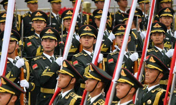 Los guardias de honor del Ejército Popular de Liberación de China se preparan para la ceremonia de bienvenida del canciller austriaco Sebastian Kurz en el Gran Salón del Pueblo en Beijing, el 28 de abril de 2019. (PARKER SONG/AFP/Getty Images)