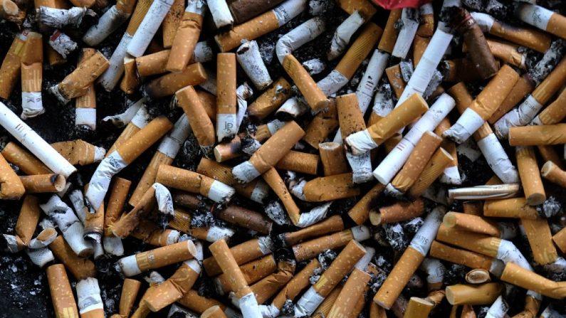 Colillas de cigarrillos en un puesto de fumadores al aire libre en una parada de autobús en Bremerhaven, norte de Alemania, el 7 de mayo de 2019. (PATRIK STOLLARZ / AFP / Getty Images)