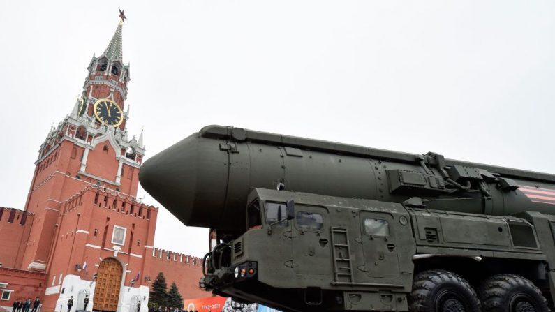 Un sistema de misiles balísticos intercontinentales rusos RS-24 pasa por la Plaza Roja durante el desfile militar del Día de la Victoria en el centro de Moscú el 9 de mayo de 2019. (ALEXANDER NEMENOV/AFP/Getty Images)